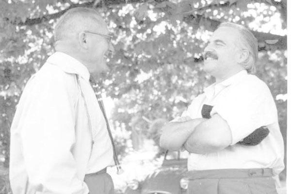 4ª Semana Internacional de Psicossintese 01 – 07/09/1961Ignace Lepp (à esquerda) conversa com Paul Tournier, Roland Northover, Pierre Magnin, Leo Gesslein ou Hubert Cuypers
