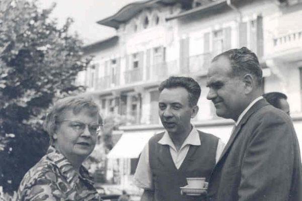 4ª Semana Internacional de Psicossintese 01 – 07/09/1961Dra. Michele Lauriat (?), Dr. Jean Guilhot (organizador e palestrante) et Dr. Robert Gérard PhD(UCLA) frente ao Instituto Bleu-Léman.